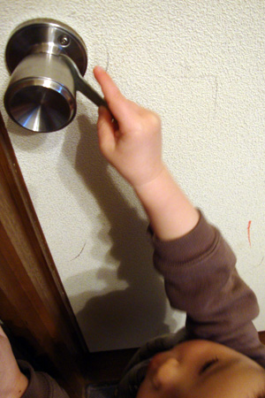 ドアを壊す